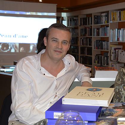 Emmanuel Pierrat, lors d'une séance de signature pour Peau d'âne.