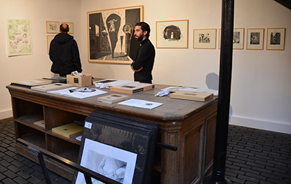 Cyrille Noirjean est sur le stand de l'URDLA, ce centre international installé à Villeurbanne reçoit des artistes avec lesquels ils explorent les techniques de l'estampe et du livre .