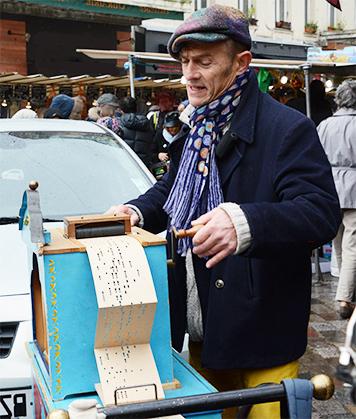 Axel et son orgue passant un carton.