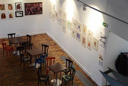 L'exposition de dessins est installée à l'étage.