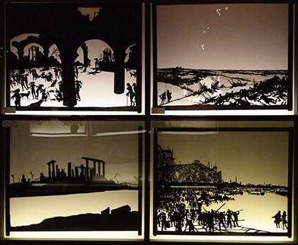 Scènes du théâtre d'ombres d'Henri Rivière installées dans la salle du Chat noir.