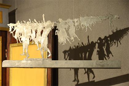 Silhouettes du théâtre d'ombres présentées dans l'hôtel Demarne. La restauration de cette collection est programmée.