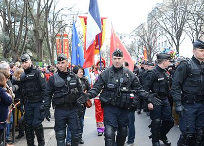 Un défilé sous haute surveillance.