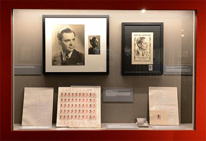 1957, Jean Moulin inaugure le premier la série consacrée aux héros de la Résistance. Un timbre de René Cottet gravé d'après une photo fournie par Laure Moulin.