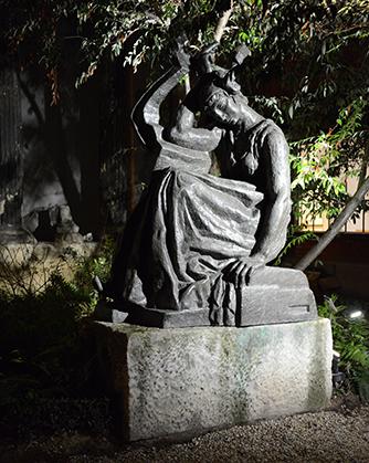 Sapho, vue le soir dans les jardins du musée Bourdelle.