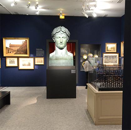 Bronze de Napoléon pour le Musée du Louvre rebaptisé en 1803, dix ans après sa création : Musée Napoléon. Il le restera jusqu'en 1814.