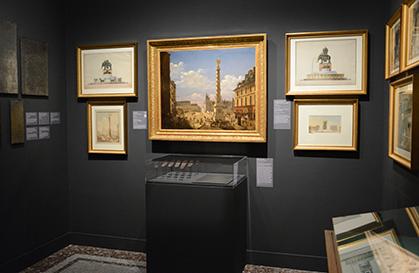 Au centre, la colonne Vendôme qui a remplacé la statue équestre de Louis XIV détruite sous la Révolution et de chaque côté le projet de la fontaine à l'éléphant pour la place de la Bastille.