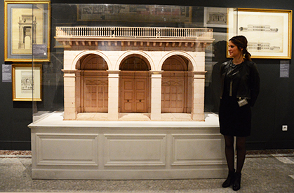 Charlotte Duvette devant la maquette de la rue de Rivoli. Un jeu de construction...