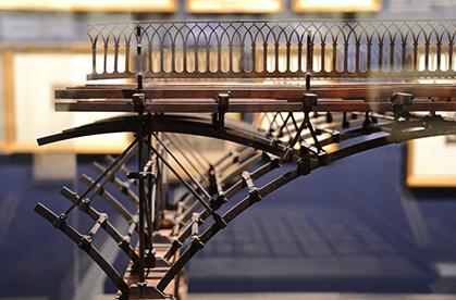 Détail de la maquette du Pont des arts, inauguré en 1804.  Premier pont métallique de Paris, « ses arches étaient réalisées en fonte de fer en reprenant le principe d'une charpente en bois mais avec plus de transparence et de légèreté. »
