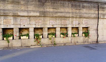 """Les plaques commémoratives des journées de la Libération de Paris en août 1944, """"Souvenirs de guerre"""", place de la Concorde. (photo : D. Germond)"""