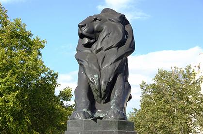 Le lion semble veiller sur cet univers souterrain. Mais, était-ce bien son rôle initial ?