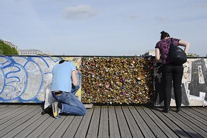 """Des panneaux de bois ont progressivement été placés, sur la partie intérieure du pont. Mais """"les amoureux"""" avaient toujours accès à la partie extérieure..."""