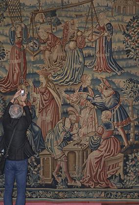 Cette tapisserie appartient à une série de trois tapisseries : La Vanité trônant sur son char, Le Monde ne tient qu'à un fil et ici Le Monde mis en balance qui  composent la Tenture du Monde (vers 1520-1530. Collection Les Arts décoratifs, Paris)