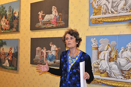 Véronique de La Hougue a sélectionné une série de motifs qui étaient placés en attique, au-dessus de porte, voire devant les cheminées et sur des paravents, afin de compléter les décors de papiers peints panoramiques (paysages historiés) qui se développe en France à la fin du XVIIIe siècle.