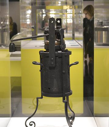Cette marmite de Papin (1680-1681) est l'ancêtre de nos cocottes minute. (collection des Arts et Métiers).