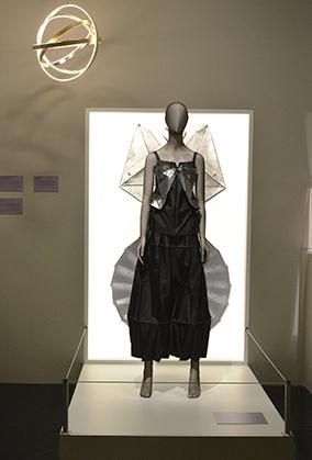 Issey Miyake crée à partir d'une feuille de papier des modèle qui deviendront des robes mais aussi des luminaires… à découvrir sur place.