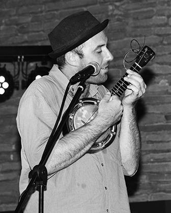 Le chanteur du groupe Terrific Turkey, place du Castillet, le 6 août.