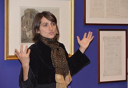 La commissaire de l'exposition Jehanne Lazaj.