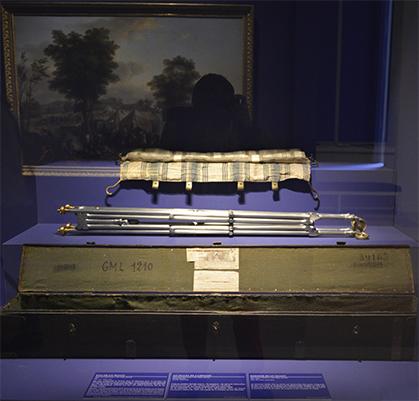 Ce lit pliant, dit lit parapluie dont le brevet a été déposé à l'INPI, a été conçu et perfectionné à la demande de l'Empereur Marie Jean Dessouches.