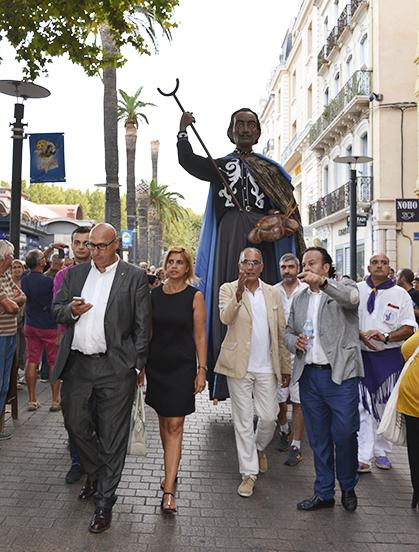 Le géant de Dali avec les officiels.
