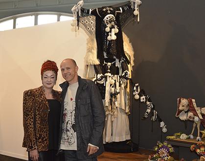 Anne en compagnie de Benoît Huot devant sa grande sculpture chamanique.