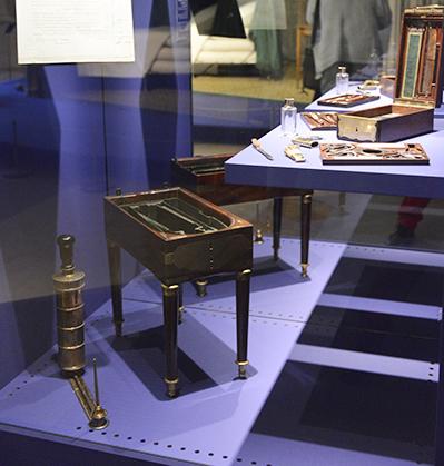 De nombreux objets personnels restaurés sont mis en scène comme le bidet de campagne de l'Empereur.