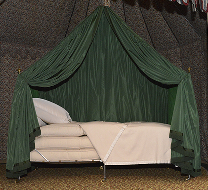Le lit reconstitué avec ses trois matelas.