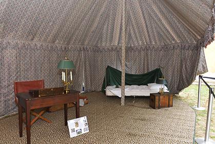 Intérieur d'une tente de campagne prêtée par la Fondation Napoléon.