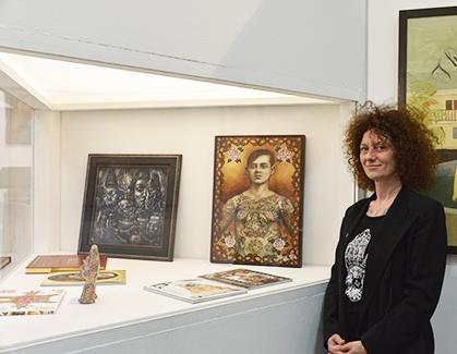 Titine K-Leu, l'artiste pose à côté de la couverture réalisée pour le n°3 de la revue HEY!
