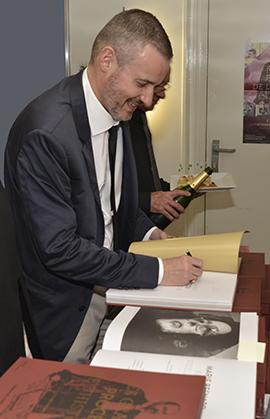 Champagne et premières signatures pour les grands procès de l'Histoire.