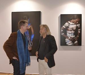 Eric Ceccarini développe son « Painters Project », 100 photos pour 100 peintures. Un travail en trois partitions celle du photographe, celle du peintre et celle du modèle. A voir galerie Hegoa (stand B5). L'artiste devant ses photos en compagnie de Pascal Goosens