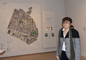Valérie Guillaume, directrice du musée Carnavalet devant le plan délimitant le Marais.
