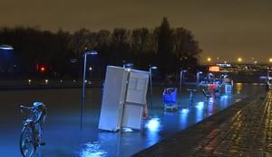 """""""L'eau qui dort"""" de Michael Pinsky à La Villette fait resurgir à la surface des épaves domestiques."""