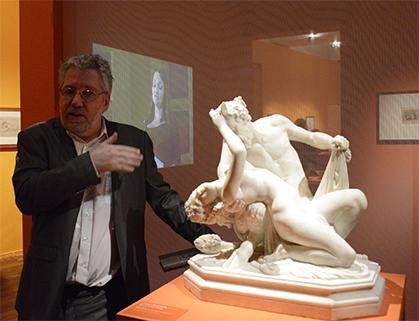 Visite guidée, devant : Satyre et bacchante de James Pradier, réduction en marbre par E. Lequesne (galerie Univers du bronze).