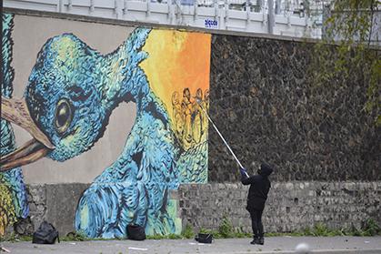 Tout au bout du mur, le travail de Bastardilla fait passer la frontière à ses personnages emportés par des oiseaux.