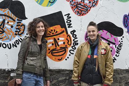 Kashink devant son mur de mots d'amour en compagnie de Véronique Drougard, l'une des directrices artistiques du projet de GFR.