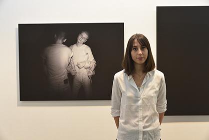 """2015, Rébecca Tapakian après des études de philosophie et de géographie s'est tournée vers la photo. S'inspirant de la série """"Trauma"""" de Dorothée Smith, elle mène une réflexion sur la solitude de l'individu dans la société."""