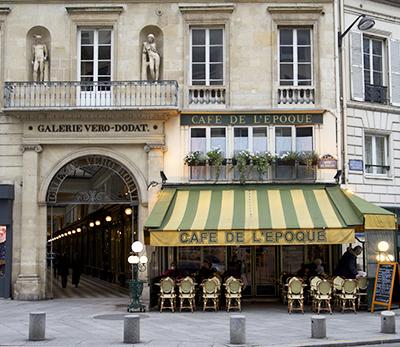 Le café de l'Epoque a conservé son entrée dans la galerie.