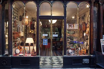 Le luthier, galerie Véro Dodat.