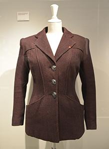 Veste Hermès (1944-1945). Toile de laine rouge et noire, bouton en argent. Prêt du musée Galliera, Musée de la mode de la ville de Paris