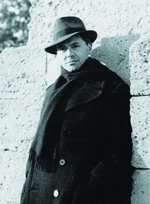 Jean Moulin aux Arceaux, près de la promenade du Peyrou à Montpellier; photo prise par son ami d'enfance, Marcel bernard novembre 1939 (coll. Antoinette Sasse, Musée Général-Leclerc - Musée Jean-Moulin)