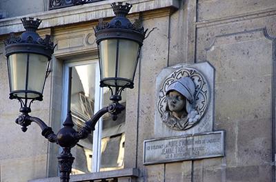 Rue Saint-Honoré à Paris, médaillon de Maxime Real del Sarte rendant hommage à Jeanne d'Arc blessée porte Saint-Honoré. (voir notre livre Paris, d'un mur à l'autre)