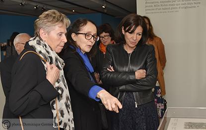 De droite à gauche : visite guidée pour Anne Hidalgo sous la conduite de Christine Levisse-Touzé et Dominique Veillon