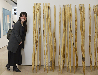 Trop loin à L'ouest, c'est l'est, une des deux oeuvres présentée par l'artiste céramiste Marion Bocquet-Appel, qui est fasciné par les ponts en une seule traverse en bois et dont la courbe leur a valu le nom de pont arc-en-ciel en Chine.