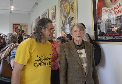 Gilles Chétanian, commissaire de l'exposition faisant visiter l'exposition à l'ancien propriétaire du Brady.