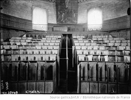 Les cases individuelles de l'amphithéâtre devait préserver l'anonymat des détenus entre eux.