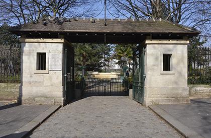 L'entrée du square de la Roquette a conservé le portail d'entrée de la prison.