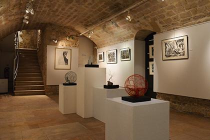 L'exposition se déroule sur deux niveaux : rez de chaussée et sous-sol.