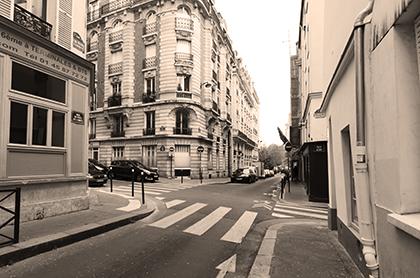 à l'angle des rues de la Clef et du Puits de l'Ermite de nos jours