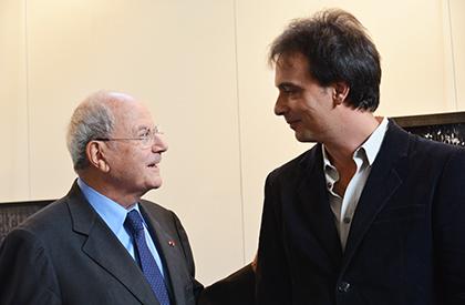 Marc Ladreit de Lacharrière félicitant le lauréat 2016 Bruno Fert.